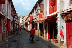 Άποψη προοπτικής της οδού της ευτυχίας Rua DA Felicidade που πλαισιώνεται από τα σπίτια παραδοσιακού κινέζικου Στοκ Εικόνες