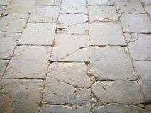 Άποψη προοπτικής της παλαιάς διάβασης που στρώνεται με τη ραγισμένη επιφάνεια πετρών τούβλου Στοκ φωτογραφίες με δικαίωμα ελεύθερης χρήσης