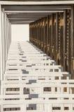 Άποψη προοπτικής των καλυβών παραλιών Άπειρο υπόβαθρο Στοκ Φωτογραφίες