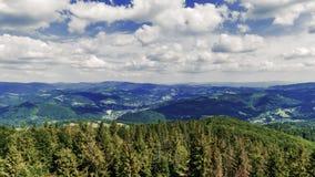 Άποψη προς τα Silesian βουνά Beskids από την αιχμή Czantoria στην Πολωνία - χρονικό σφάλμα τηλεοπτικό 30fps απόθεμα βίντεο