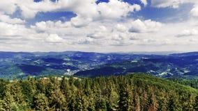 Άποψη προς τα Silesian βουνά Beskids από την αιχμή Czantoria στην Πολωνία - χρονικό σφάλμα τηλεοπτικό 50fps απόθεμα βίντεο