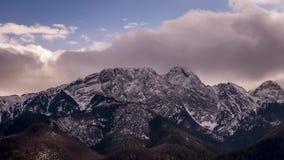 Άποψη προς την αιχμή Giewont στα πολωνικά βουνά Tatra - χρονικό σφάλμα τηλεοπτικό 50fps απόθεμα βίντεο