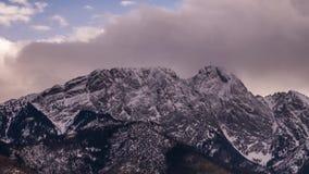 Άποψη προς την αιχμή Giewont στα πολωνικά βουνά Tatra - χρονικό σφάλμα τηλεοπτικό 30fps απόθεμα βίντεο