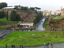 Άποψη προς την αψίδα του Titus από Colosseum στη Ρώμη, Ιταλία Στοκ Εικόνες