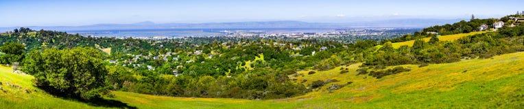 Άποψη προς την πόλη Redwood και το πάρκο Menlo  λόφοι και κοιλάδες που καλύπτονται στην πράσινη χλόη και wildflowers ορατά στο πρ στοκ εικόνες