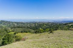 Άποψη προς την πόλη Redwood και SAN Carlos από το πάρκο Edgewood, Σίλικον Βάλεϊ, κόλπος του Σαν Φρανσίσκο, Καλιφόρνια στοκ εικόνα με δικαίωμα ελεύθερης χρήσης