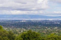 Άποψη προς Sunnyvale και θέα βουνού, Σίλικον Βάλεϊ μια νεφελώδη ημέρα, μετά από μια θύελλα, κόλπος του νότιου Σαν Φρανσίσκο, Καλι στοκ εικόνα