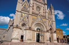 Άποψη προσόψεων του άφθονου και μνημειακού καθεδρικού ναού Orvieto σε Orvieto στοκ φωτογραφίες