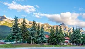 Άποψη πρωινού στα βουνά σε Canmore - τον Καναδά στοκ φωτογραφίες