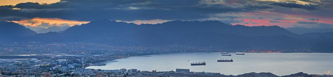 Άποψη πρωινού σχετικά με τον κόλπο του Άκαμπα της Ερυθράς Θάλασσας, Eilat, Ισραήλ στοκ φωτογραφία με δικαίωμα ελεύθερης χρήσης