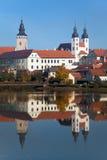 Άποψη πρωινού της πόλης Telc ή Teltsch που αντανακλά στη λίμνη στοκ φωτογραφίες