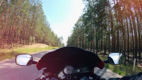 Άποψη πρώτος-προσώπων ενός ποδηλάτου οδηγώντας κατά μήκος του δάσους φιλμ μικρού μήκους