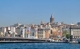 Άποψη πόλεων της Ιστανμπούλ, Τουρκία που αγνοεί τη γέφυρα Galata με τα παραδοσιακά εστιατόρια ψαριών και τον πύργο Galata στο υπό Στοκ Εικόνες