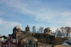 Άποψη πόλεων με το παλαιό shabby ρωσικό κτήριο εκκλησιών τούβλου, Torzhok Στοκ φωτογραφία με δικαίωμα ελεύθερης χρήσης