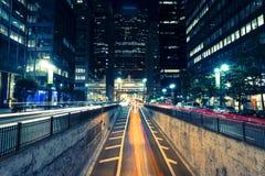 Άποψη πόλεων νύχτας με τις θαμπάδες της διάβασης των αυτοκινήτων στοκ εικόνες