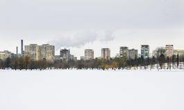 Άποψη πόλεων πέρα από την παγωμένη λίμνη στοκ φωτογραφία