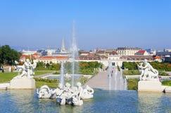 Άποψη πόλεων της Βιέννης από το πάρκο παλατιών πανοραμικών πυργίσκων Στοκ Εικόνες