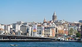 Άποψη πόλεων της Ιστανμπούλ, Τουρκία που αγνοεί τη γέφυρα Galata με τα παραδοσιακά εστιατόρια ψαριών και τον πύργο Galata στο υπό Στοκ φωτογραφία με δικαίωμα ελεύθερης χρήσης