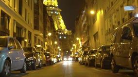 Άποψη πύργων του Άιφελ από την οδό του Παρισιού με τα σταθμευμένα αυτοκίνητα και τα κτήρια, αρχιτεκτονική απόθεμα βίντεο