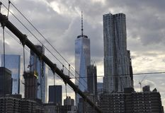 Άποψη πύργων του Λόουερ Μανχάταν από τη γέφυρα του Μπρούκλιν πέρα από ανατολικός ποταμός από την πόλη της Νέας Υόρκης στις Ηνωμέν στοκ φωτογραφίες με δικαίωμα ελεύθερης χρήσης