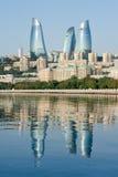 Άποψη πύργων φλογών από την προκυμαία στοκ φωτογραφία με δικαίωμα ελεύθερης χρήσης