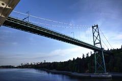 Άποψη σε ένα κρουαζιερόπλοιο καθώς πλησιάζει τη γέφυρα πυλών λιονταριών στο ιστορικό πέρασμα στοκ φωτογραφία με δικαίωμα ελεύθερης χρήσης