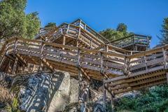 Άποψη σκαλοπάτια στην ξύλινη ανασταλμένη για τους πεζούς διάβαση πεζών στα βουνά, που αγνοεί τον ποταμό Paiva στοκ εικόνα