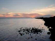 Άποψη σκιαγραφιών της ακτής και των σκοπέλων Στοκ φωτογραφία με δικαίωμα ελεύθερης χρήσης