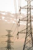 Άποψη σκιαγραφιών της θέσης ηλεκτρικής ενέργειας το βράδυ με το φως του ήλιου Στοκ Φωτογραφίες