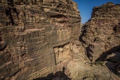 Άποψη σκιών ατόμων της Petra Ιορδανία από τον ανώτερο λόφο στοκ εικόνα