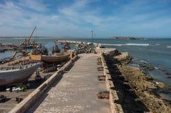 Άποψη στα αλιευτικά σκάφη στο λιμάνι Essaouira και τα πυροβόλα σε Skala στοκ φωτογραφία