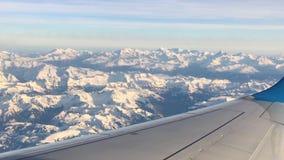 Άποψη στα βουνά χιονιού από το αεροπλάνο απόθεμα βίντεο