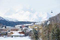 Άποψη στα κτήρια και τη γόνδολα τελεφερίκ στο ST Moritz, Ελβετία Στοκ Εικόνα