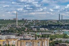 Άποψη στα κτήρια, τους σωλήνες αναρρόφησης και την πρασινάδα Chisinau στοκ φωτογραφίες