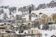 Άποψη στα κτήρια του ST Moritz, Ελβετία Το StMoritz είναι το διάσημο χιονοδρομικό κέντρο στην Ελβετία Στοκ Εικόνα