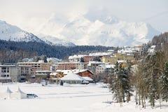 Άποψη στα κτήρια του ST Moritz, Ελβετία Το StMoritz είναι το διάσημο χιονοδρομικό κέντρο στην Ελβετία Στοκ Εικόνες
