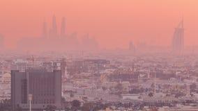 Άποψη στεγών ηλιοβασιλέματος σχετικά με τη μαρίνα του Ντουμπάι με τον ορίζοντα JLT και την παραλία Jumeirah στο πορτοκαλί φως, Ντ φιλμ μικρού μήκους