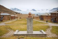 Άποψη στην εγκαταλειμμένη ρωσική αρκτική τακτοποίηση Pyramiden με την αποτυχία Λένιν στο πρώτο πλάνο σε Pyramiden, Νορβηγία στοκ εικόνες με δικαίωμα ελεύθερης χρήσης