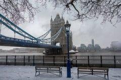 Άποψη στην εικονική γέφυρα πύργων στο Λονδίνο, που καλύπτεται στο χιόνι στοκ φωτογραφία