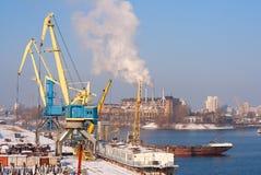 Άποψη στην κενή αποβάθρα φορτίου με τους γερανούς και Στοκ Εικόνες