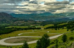 Άποψη στην κοιλάδα με έμφαση στο δρόμο ` Cuesta del diablo ` Όμορφη άποψη της κοιλάδας, των δέντρων και των λόφων στοκ εικόνες