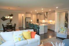 Άποψη στην κουζίνα ενός σύγχρονου σπιτιού από το οικογενειακό δωμάτιο στοκ εικόνες