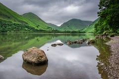 Άποψη στην ομιχλώδη και πράσινη λίμνη περιοχής, Ηνωμένο Βασίλειο Στοκ φωτογραφίες με δικαίωμα ελεύθερης χρήσης