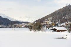 Άποψη στην παγωμένα λίμνη και τα κτήρια του ST Moritz, Ελβετία Στοκ φωτογραφίες με δικαίωμα ελεύθερης χρήσης