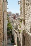 Άποψη στην παλαιά πόλη σε Hvar από λίγη αλέα που περιβάλλεται από τα κτήρια τεκτονικών στοκ εικόνα