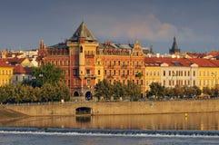 Άποψη στην παλαιά πόλη Smetanovo Nabrezi από τον ποταμό Vltava, Δημοκρατία της Τσεχίας της Πράγας στοκ φωτογραφία