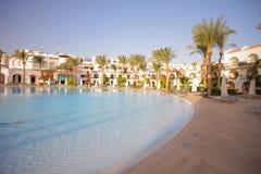 Άποψη στην πισίνα ξενοδοχείων πλησίον στοκ φωτογραφίες με δικαίωμα ελεύθερης χρήσης