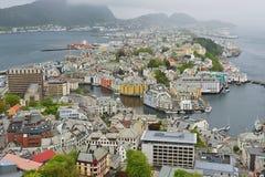 Άποψη στην πόλη Alesund μια νεφελώδη θερινή ημέρα σε Alesund, Νορβηγία στοκ εικόνα με δικαίωμα ελεύθερης χρήσης