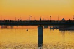 Άποψη στην πόλη Astana και τη για τους πεζούς γέφυρα πέρα από τον ποταμό Ishim στο σούρουπο σε Astana, Καζακστάν στοκ φωτογραφίες