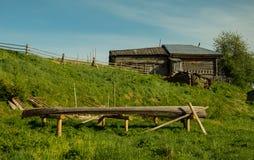 Άποψη στην του χωριού ξύλινη βάρκα ποταμών Στοκ Εικόνα